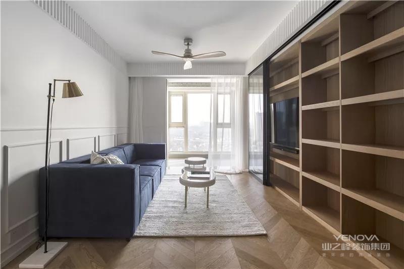 客厅空间整体非常的简单现代优雅,横平竖直的格局与布置,没有太多繁杂的设计;而颜色的搭配上,也是以白、蓝与木色的组合,安静与自然的质感,没有什么多余的缤纷。
