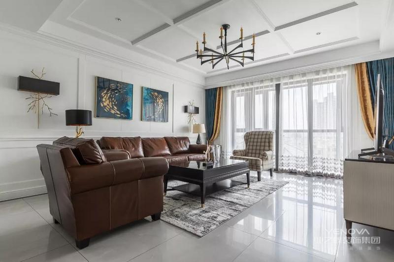 整个用料配色以混油木材 白色石材和灰色地砖以及涂料为主 既有现代的简洁 又不乏美式的舒适
