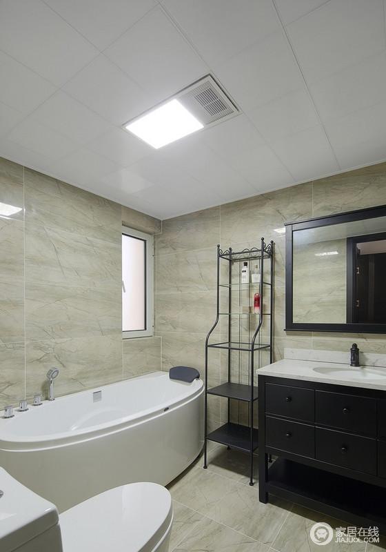卫生间的整个墙面以米黄色墙砖铺贴出了利落和光滑感,搭配白色浴缸,造就沐浴也温馨;盥洗柜以黑白为主,同时搭配造型感的置物架让这个空间实用,也更生活。