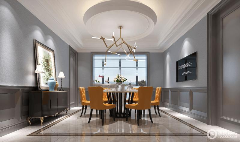 餐厅里餐椅选择橙黄色的软包靠椅,围合在铁艺圆桌前,在个性吊灯点缀下,极具视觉冲击力。背景墙面以深浅灰色搭配,墙裙的墙板增添了视觉上的凹凸质感。