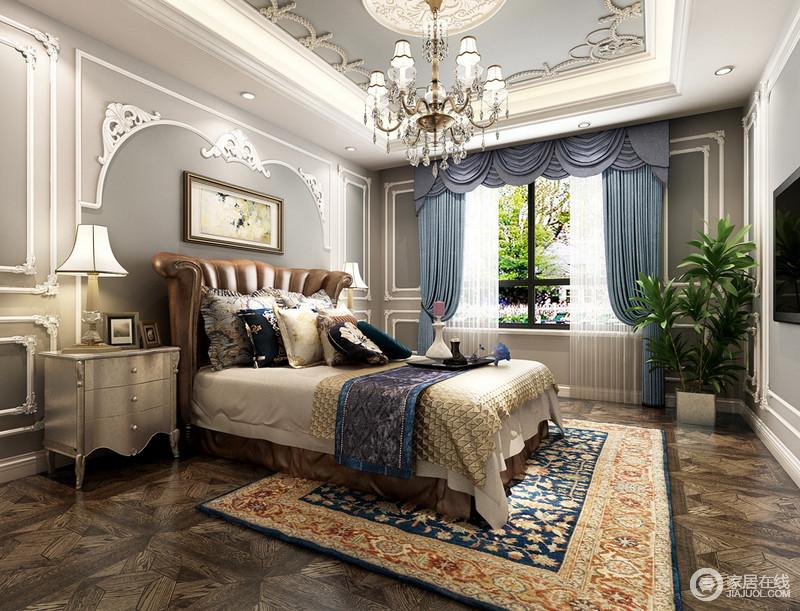 烟灰色的背景加入白色雕花膏线的勾勒,使空间看上去立体丰富、沉稳静和。扇形棕褐双人床营造出温馨的安全感,蓝、白、黄织物与布艺上的花纹渲染出时光静美的闲适惬意。