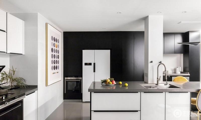 """设计师击碎了厨房生活阳台和储藏室的狭小格局,进行多次修改完善后实现了餐厨一体的""""大厨房""""的构造,缩短了原始户型过长的餐厨距离,一个空间既可进行调理装盘及进餐,整个一面墙的巨大落地窗保证了充足的采光;黑白组合的橱柜十分现代摩登,简约画点缀其间,让开放式格局,足显气势,颇具生活质感。"""