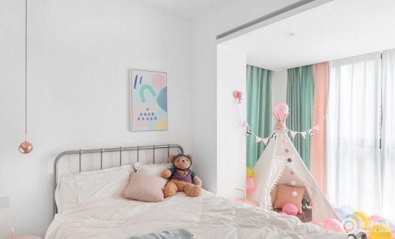 主人的孩子是个可爱的女孩,考虑到孩子需要更多的活动和玩耍空间,把本身的阳台纳入室内作为一方小天地,床尾的地毯正好延伸到阳台区域,整体色调糅合了蒂芙尼蓝、淡山茱萸粉婴儿蓝、明黄色等,让原本白色为主的空间,明亮轻快,保持的青春和温馨。