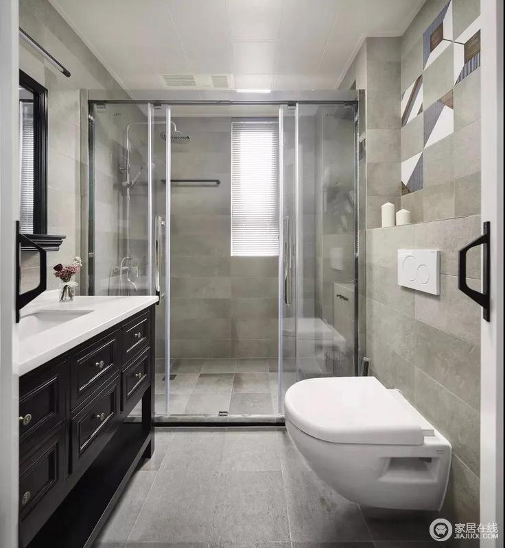 卫生间,通过玻璃推拉门,做干湿分离设计,干净清爽;采用灰色系墙地砖,以及安装壁挂马桶,方便打扫清洁。