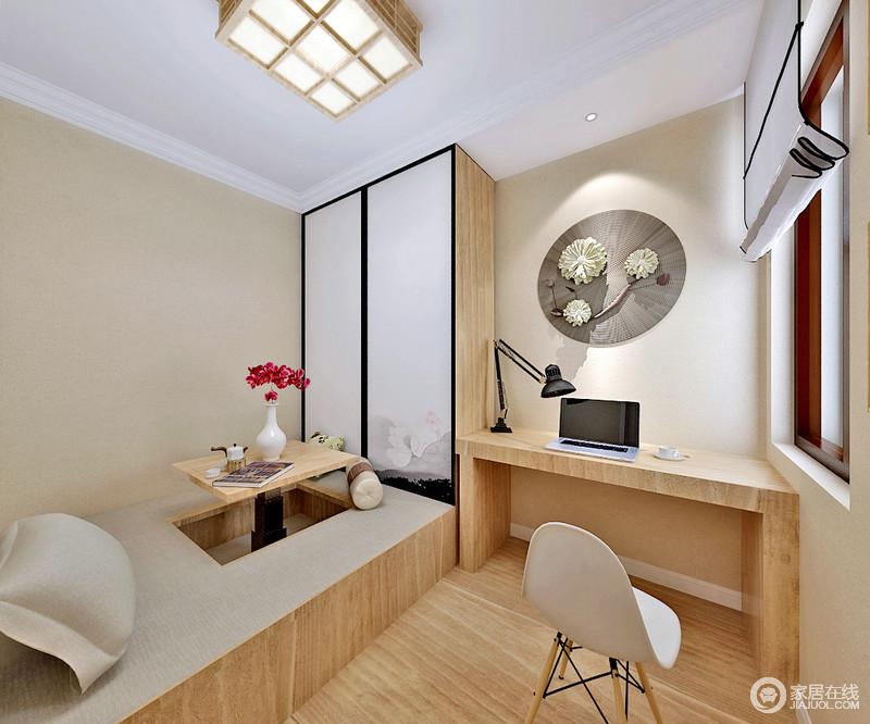 空间以米色为主,运用实木装饰地板提升了空间的和暖,而线条流畅的书柜在黑色台灯、北欧椅子的陪衬下,多了实用与简约时尚;木质衣柜的清白水韵表面和花式艺术装置组成自然清雅,渲染出榻榻米区的多功能,令生活更为安适。