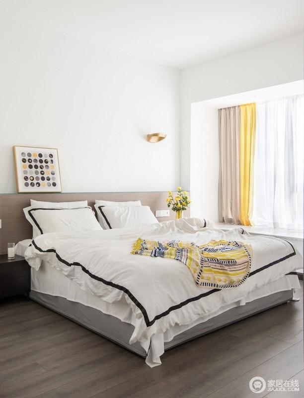 卧室设计的十分简单,白墙和原木地板,打造朴质;床头做了氛围光线,透过磨砂玻璃可以作为洗墙灯,起到辅助照明的功能;白色床品和黄驼色窗帘组合出了空间的色彩,不单调,却够明快。