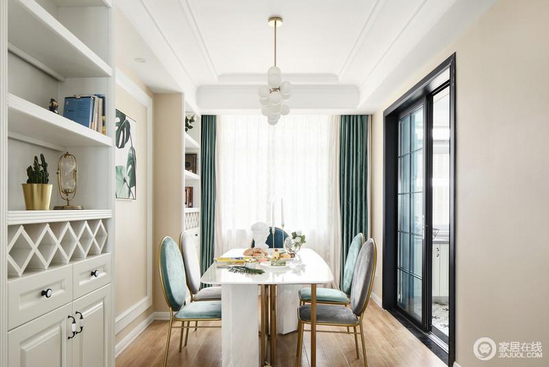餐厅大胆的用灰色和绿色餐椅搭配白色餐桌,浅驼粉的墙面背景映衬,视觉色彩既对比又富有层次,就餐氛围活泼轻松中不失稳重;酒柜对称入墙,美观大方且实用。