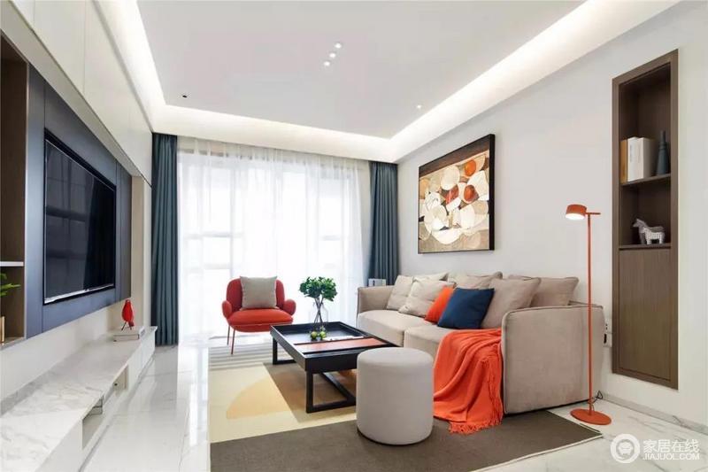 客厅的空间以白色为基础,搭配灰色漆来粉刷墙面,显得素静;蓝色窗帘现代而优雅,褐色沙发旁鲜艳活泼的橘红色落地灯、单人沙发,让空间显得更加鲜活、舒适。