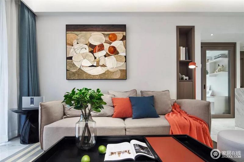 客厅沙发墙挂了一幅抽象装饰画,具有艺术气息,墙内隔出的微型书柜增强了空间的收纳,浅色布艺沙发十分活泼,给人以轻松跳跃的感受。