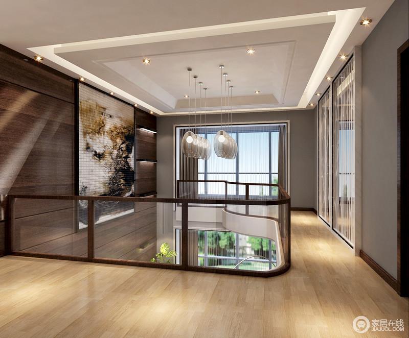 二楼的走廊被设计成了一个具有展陈艺术气息的空间,褐色原木板材来张氏背景墙,并搭配马赛克砖拼凑的抽象画作、椭圆形吊灯,渲染现代艺术格调,而灰色漆以素雅来营造空间的安适;虽然原木地板为空间带来些许和暖的温度,却搭配几何石膏吊顶,足够简练大气,让人足够享受。