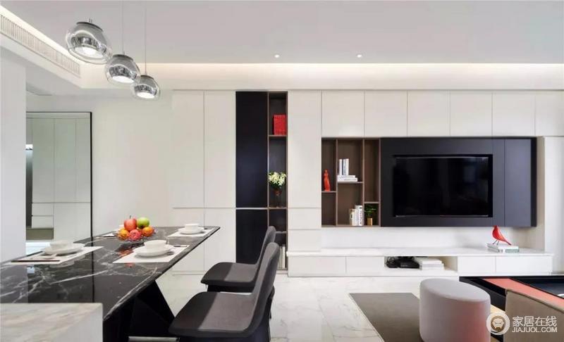 电视墙以定制柜的设计展示一个平整的效果,加入几个木色的置物格,错落之中,增加空间的收纳艺术;色彩上的反差让空间显得更有层次,也多了端庄。