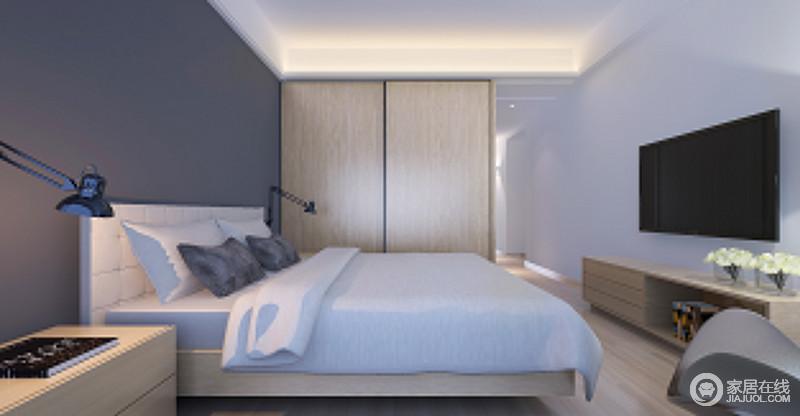卧室设计得十分简单,定制的原木衣柜,满足主人的基础储物需求;深灰色的背景墙与浅灰色的墙面构成空间的层次之余,成就了空间的素雅,壁式台灯与原木家具组合平衡出空间的温和与硬朗,却成就着主人的舒适生活。