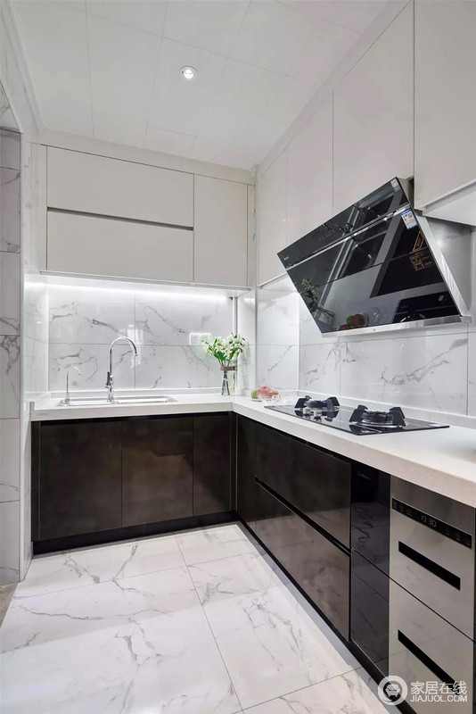 厨房雅白的地面+墙面砖,搭配深灰色的定制橱柜,雅白的吊柜,让做饭空间优雅简洁好自然。