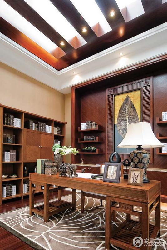 书房的条形吊顶将自然光引入室内,通明而具有挑高感,给予足够的空间感;棕红色的背景与悬挂架一体式设计,将美观与实用兼并起来,并与书柜、书桌成就主人想要的文艺生活,土褐色的地毯和挂画、饰品镌刻着东南亚元素,颇显精贵。