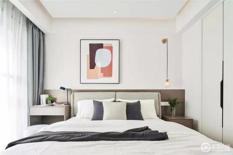 卧室线条十分现代简洁,床头靠背是木质饰面板,搭配一张灰色布艺床、床头墙形成一种稳重;墙面抽象的一幅几何彩色拼接挂画,让空间显得更加舒适而时尚。