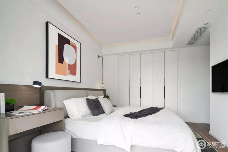 卧室定制了现代简洁的衣柜,嵌入式设计令空间十分规整;白色衣柜与黑色的拉手的经典配色显得更为大气,黄铜线性吊灯点缀出温馨。