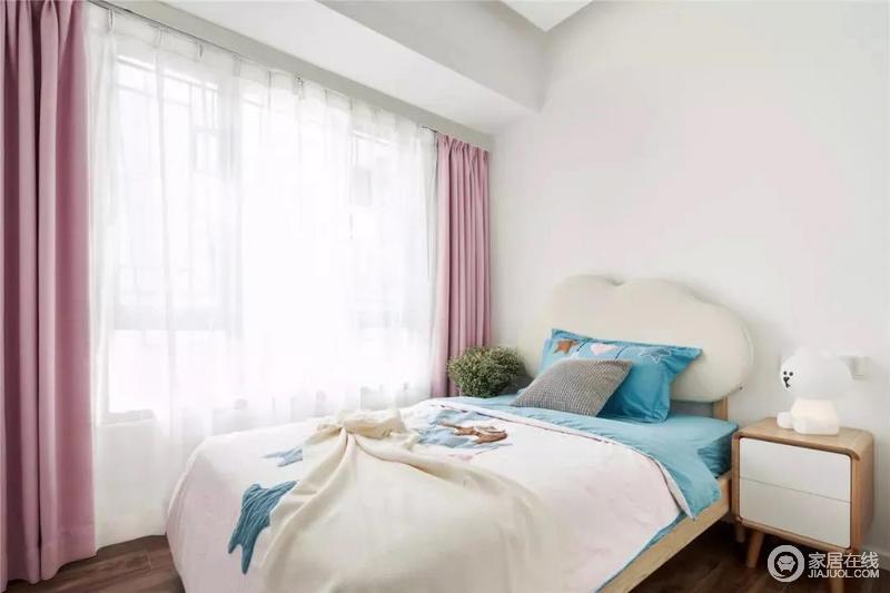 简洁的儿童房,布置了一张云朵状的布艺靠背床,淡蓝色的床单与枕头,结合粉红色的窗帘,让空间充满着雅致温情的气质感。