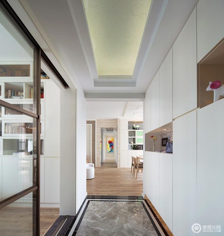 门厅处采用玻璃移门与书房进行划分,钛合金材质和钢化玻璃的结合,赋予了浓厚的时代气息,收纳柜解决了储物需求,简单实用。