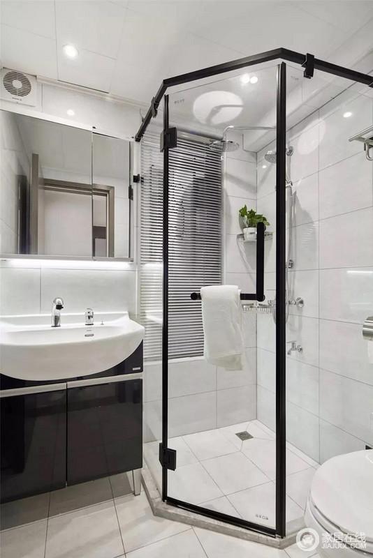 方正格局的客卫空间,装了一个钻石型的淋浴房,在保证淋浴空间最大化的同时,解决了空间局促的问题,以干湿分区的设计,令小空间也有利落。