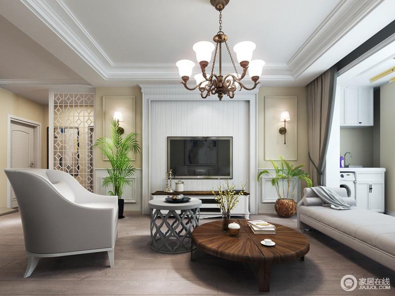 客厅电视墙以对称的手法通过材质和色调,打造出极简又素雅的清新格调;高矮配搭的绿植,释放着自然气息,呼应着原木材质的茶几,营造出温馨素朴感。