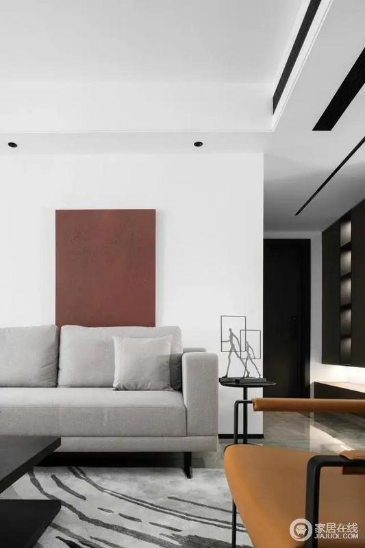 整净利落的咖色玄关柜,起居室由玄关引出序幕,视线因而有了递进的节奏。