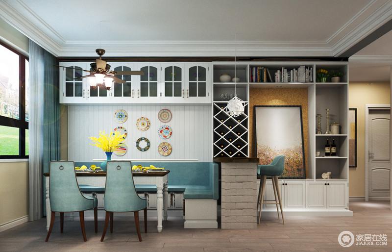 设计师在餐厅的设计上,使用了许多的小心思,利用卡座配搭餐桌,同时与吧台形成休闲的格调;墙面上,不同组合形式的置物空间,带来强劲的收纳功能,极大的增强了空间的实用性;同时蓝白相间中,辅以橘黄亮色,显得趣味活泼。