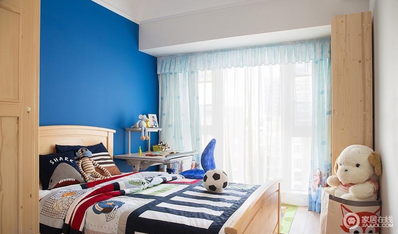 儿童房向阳,合理充足的采光和照明,让房间看起来温暖、柔和、舒适,有安全感;活泼明快的色彩,形象可爱的玩具,卡通图案的装饰,天真烂漫的元素以及环保自然的原木,让这里成为孩子成长的乐园。