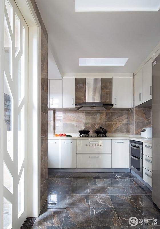 一道平开门将厨房与杂物间进行隔断,整个空间安排的合理有序,将门设计为一颗树的造型,融入了自然的元素,与整体主题相辉映,给人自然祥和的家居氛围。