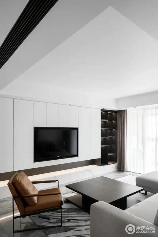 嵌入式电视与白色电视背景墙融为一体,视觉上形成了统一,灰色布艺沙发+黑色正方形茶几,整个空间简约且高级。