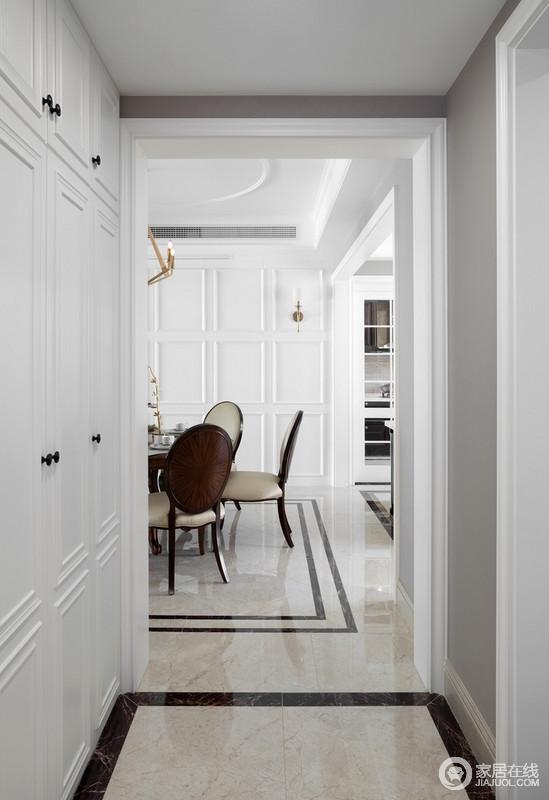 首先一进来看到的是门厅区域,当然在美式风格中门厅是必不可少的部分,在此案例中利用砖的变化,石材门套的区隔,家具、软装饰品的配搭去营造了整个门厅环境,大气而不失时尚。
