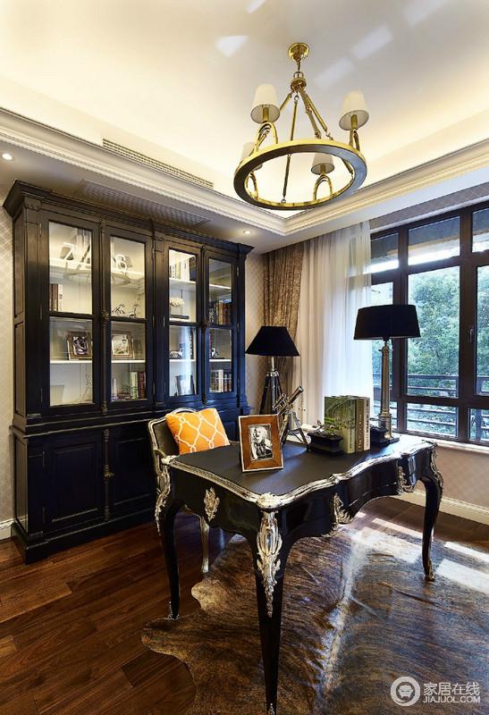 色调沉稳浓郁的书桌椅,搭配着同样沉厚的书架,让书房的古典欧式有着复古情致;跳脱的橘黄色靠包,则在厚重中点缀出一丝明媚活泼感。