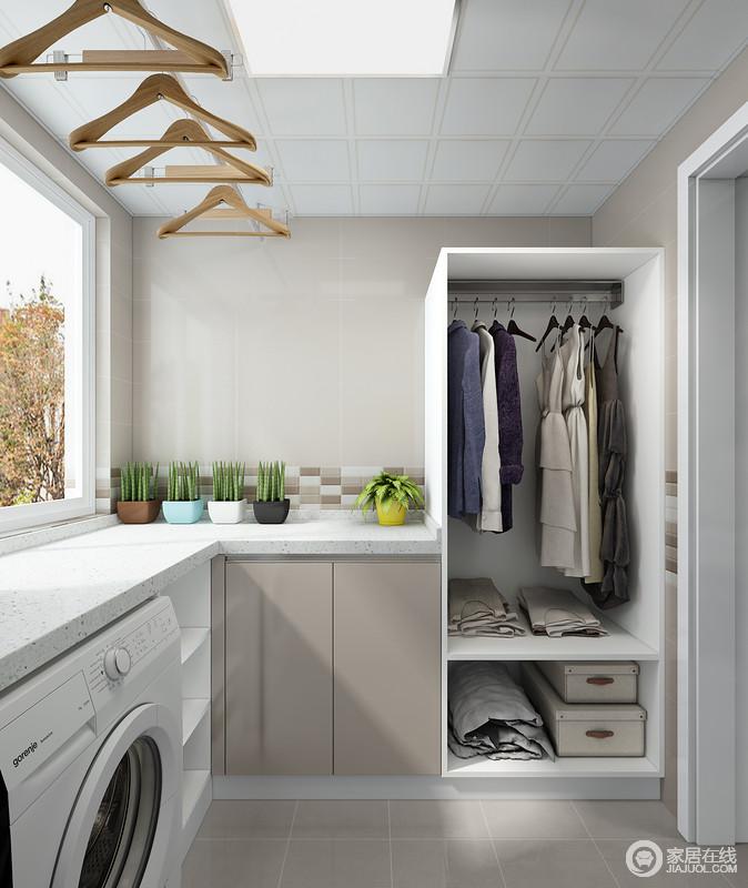 阳台除了具有收纳的作用之外,设计师专门定制了储物柜,让小空间具有了大实用;不管是洗衣还是晾衣服,都让人得心应手。