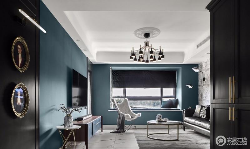 客厅的飘窗是闲暇时可以静静地靠在上面,凝视着窗外风景,放下繁杂的心情,同时也扩大了客厅的休闲空间;墨绿色的罗马帘跟整体色调保持一致,一明一暗之间带来丰富的内涵。