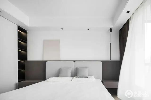 轻巧的纯白与沉稳的咖色木饰面床头,组合出一个格调雅致的主卧空间。柔和雅致的色调有助于平复人的心绪,灰色与白色的床品为空间铺叙出宁谧清爽的基调。
