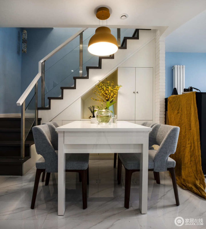在蓝白为主调的空间里,点缀黄色的灯具强调空间的区域性。