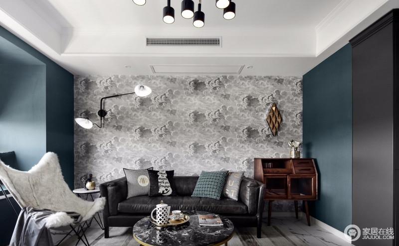 沙发背景是一款网红的乌云壁纸,灰色与墨绿色撞色更显时尚感,条纹地毯的不规则深浅变化,为整屋平添一份艺术气息;沙发旁的边柜选用黑胡桃有种深沉、华贵的感觉,它的结构、功能和造型本身就设计感十足,可以提升整屋的品味,金色的几何形装饰挂件起到了点缀作用,是现代与时尚的融合。