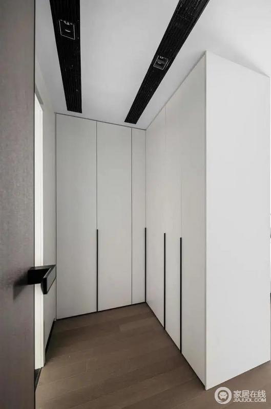 L型衣柜的设计,既提供了主卧的隐私又提供了大量的收纳空间。