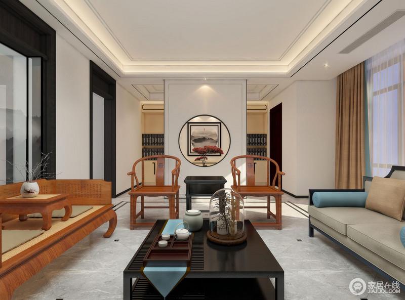 客厅的矩形吊顶做成几何结构,并以层叠的处理方式,突出线性之美;灯带与射灯的组合以情景营造的方式,让空间明快而舒适,但是,整体线条简练地空间,因为新中式家具对称式的陈列,既富现代利落,又彰显着东方气韵。
