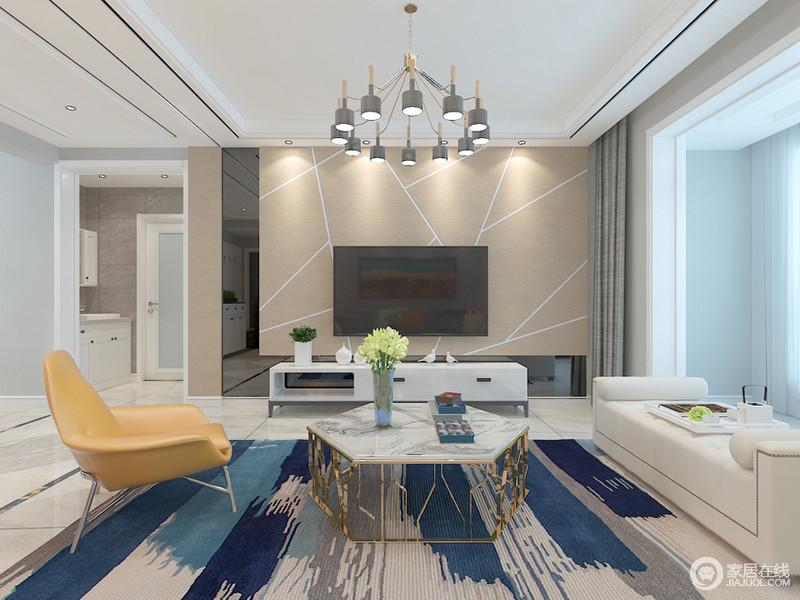 客厅布置的极简时尚,电视墙上雅黑的镜面搭配充满几何线条的墙板,加上白色的电视柜,组合出无限张力的层次感;沙发区则利用不同材质和色调,同样打造出富有时髦气质的格调,整个空间通透轻奢。