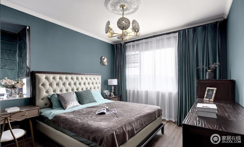 主卧延续着整体的风格色调,墨绿色的纯色冰丝床品与屋内感觉协调一致;阳光透过细细的薄纱照射进来,明亮的光线能成功打破墨绿的暗色,给人一种明快的感觉;栗色的化妆台小巧精致,化妆椅的蝴蝶结造型也很有味道,黑色的衣柜看上去很大气,与整屋色调形成对比,带来神秘和庄重的味道;镂空的荷叶造型吊灯层叠成一体,成为卧室里最亮眼的一道风景,如流苏般的金属装饰,点缀出一丝禅意的余味。