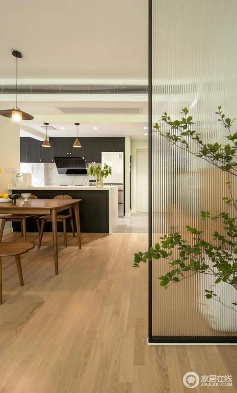 进门的隔断设计增加了空间的朦胧美,同时,区域划分让开放式的空间有了明确的功能性;玻璃隔断旁的绿植增加了生活的意境,也多了清新。