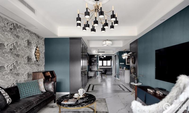 从客厅看向餐厅,视线的延伸感很长,北阳台的改造增加了餐厅的面积,整个屋内光线更加明亮,客餐厅的活动区域更加开阔;屋内大部分墙面是墨绿色的墙纸与深灰色的护墙板撞色,显得素雅又不会很暗淡,融入了金色的小物和吊灯,使整体空间多了份工业之美。
