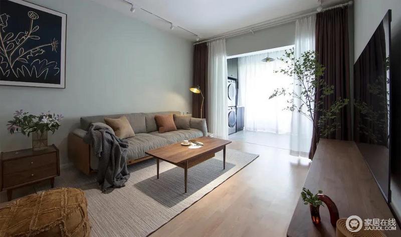 浅绿色墙面和胡桃木搭配刚好使客厅气氛更活跃,也让空间有一丝复古、厚重的氛围。