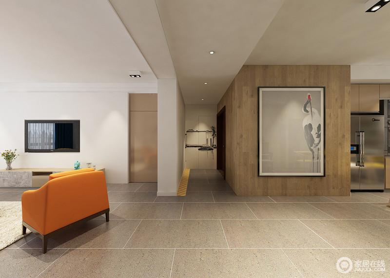 浅咖色的方砖地板简洁大方,透着几何线条的美感。空旷的走廊区域通过木墙板与餐厅相连,装饰在木质墙板上的大幅画作与玄关背景墙画,形成遥相呼应之势。