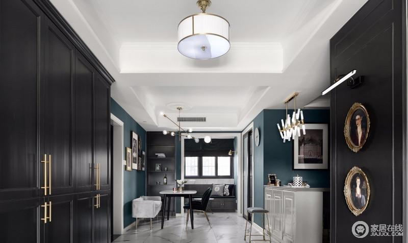我们在一进门的右手边设计了一排暗色系的柜子,增加了收纳空间,配上金色的拉手,含蓄中带点张扬的味道,与率蓝色的墙面形成优雅,暗金色的复古挂画也带来了复古的韵味,反而,与造型别致地灯饰,演绎精致。