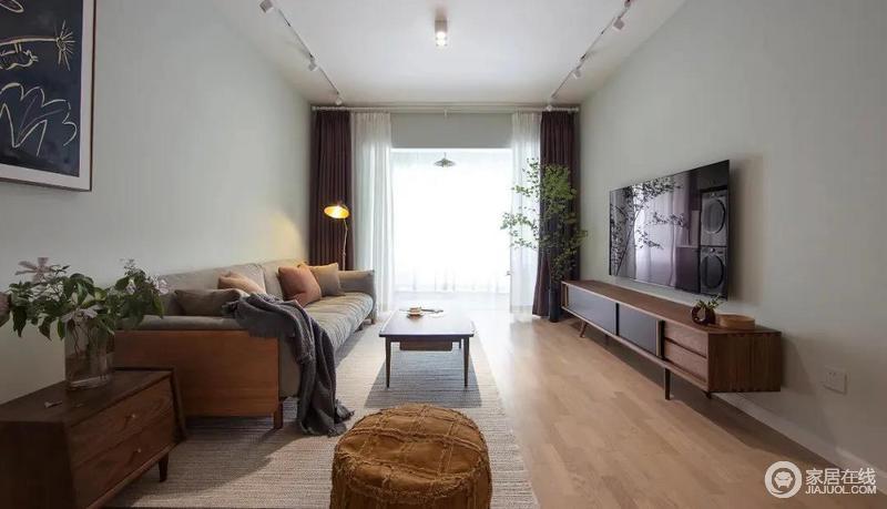 客厅无主灯、主吊顶的设计简洁大方且又节省了装修成本,客厅的家具布置简洁地呈一字形,看似简单之中,留有充足的空间感。