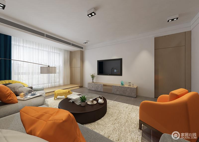 电视墙与阳台利用木质装饰出温和感,白色的墙板强调了电视背景区域,搭配的复古感木质条几,增强了空间的层次性。与电视墙近色系的地毯,使空间区域得到了互动。