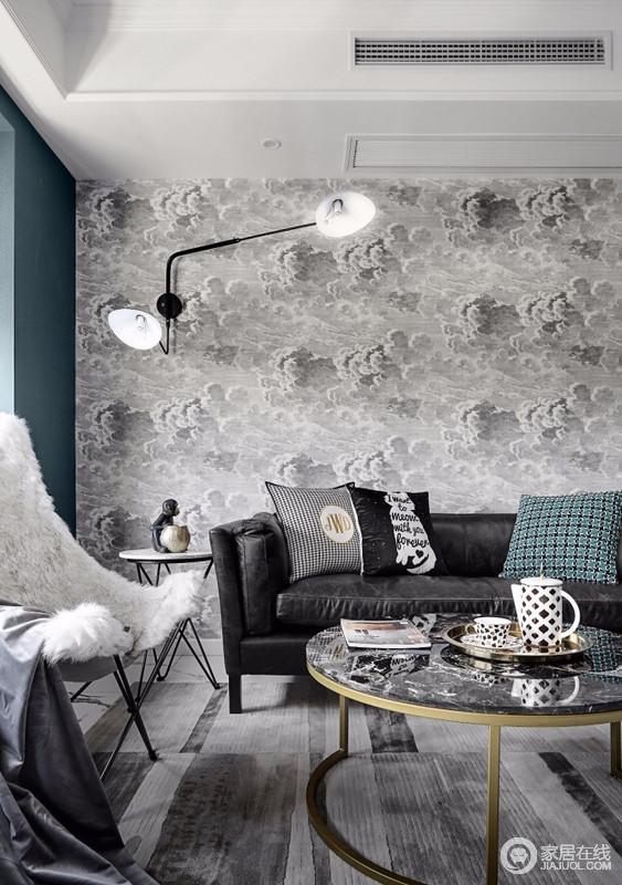 客厅灰张牙舞爪的壁灯,简单又时尚,黑色大理石台面配金色柱脚的茶几,使得一股高贵而典雅的气息扑面而来,黑色沙发和白色毛绒绒的扶手椅,让家多了份时尚。
