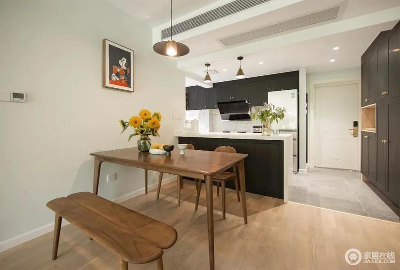 餐厨空间开放式设计,增加空间的开阔、通透感,胡桃木餐桌搭配一个长条椅和木椅,在花器的点缀和渲染下,营造出自然田园般的意境。
