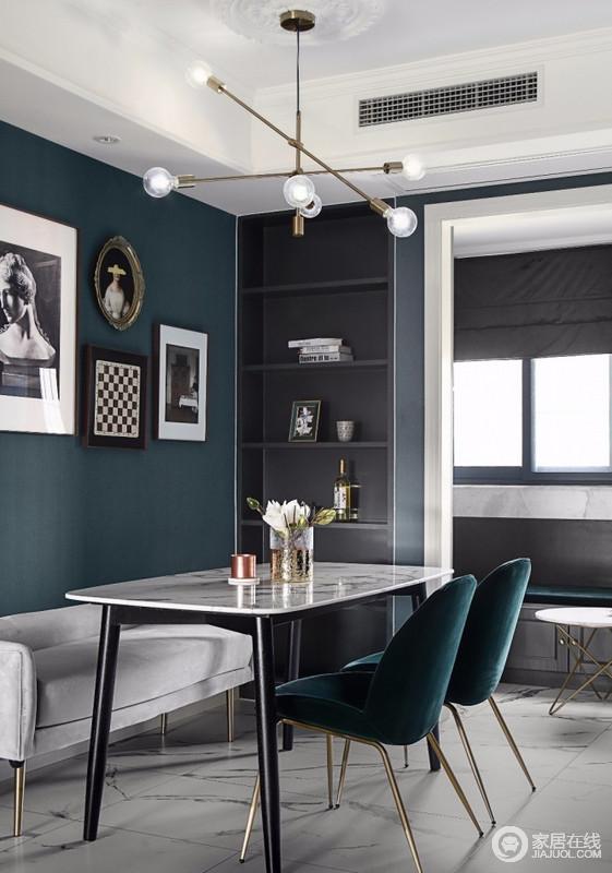 餐厅旁边设计了一个深灰色的装饰柜,可以摆放装饰品,也可以辅助餐厅的功能;白色大理石加黑色柱脚的餐桌,简约中带有庄重的气质,颇具线条感的金色魔豆吊灯,相互交错,使得空间更显灵动感。
